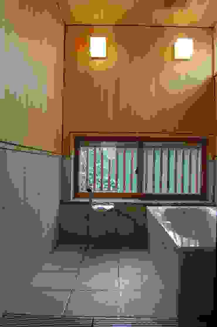 Baños de estilo asiático de 田村建築設計工房 Asiático