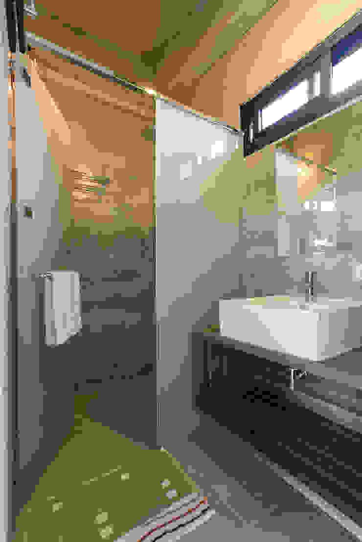 三野高台 現代浴室設計點子、靈感&圖片 根據 築里館空間設計 現代風