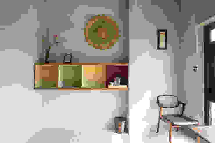 Bedroom by 築里館空間設計