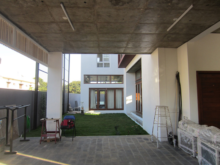 BYSANI RESIDENCE, BANGALORE Modern garage/shed by Parikshit Dalal Design + Architecture Modern