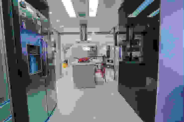 Vista do balcão da Cozinha Carolina Fontes Arquitetura Cozinhas modernas