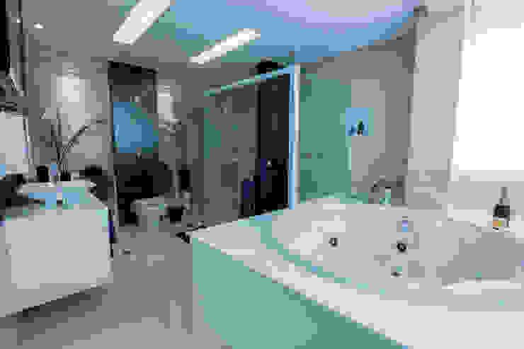 Banheiro do casal Carolina Fontes Arquitetura Banheiros modernos
