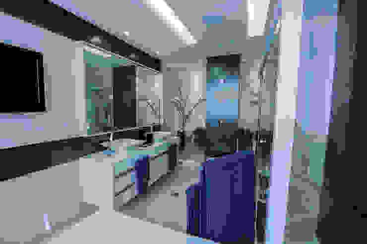 Banheiro com Jardim Carolina Fontes Arquitetura Banheiros modernos