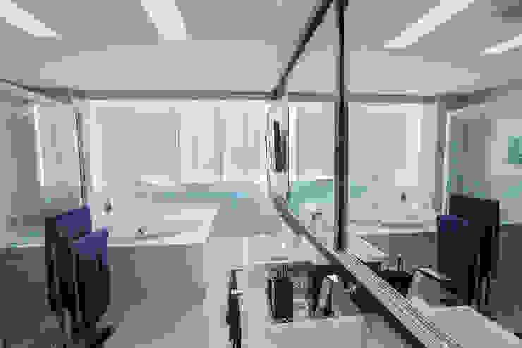 Banheiro clean Carolina Fontes Arquitetura Banheiros modernos