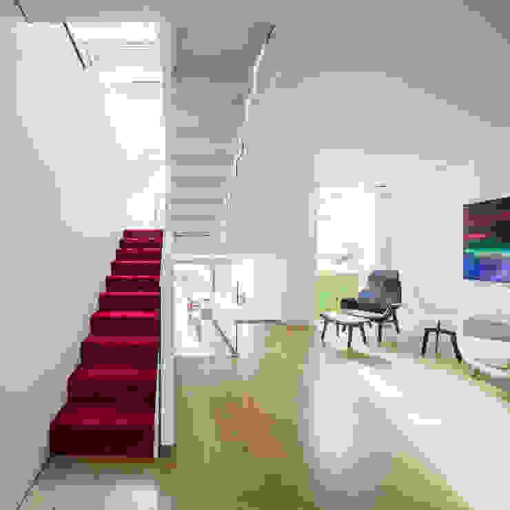 GC House - Fulham, London by YourArchitectLondon - stairs at ground floor Minimalistische gangen, hallen & trappenhuizen van Inaki Leite Design Ltd. Minimalistisch Hout Hout