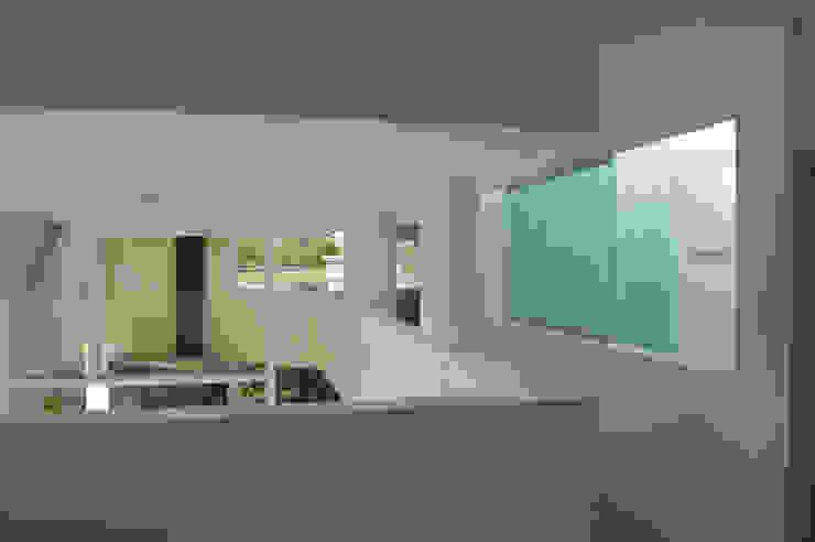 CASA N23 Pasillos, vestíbulos y escaleras modernos de MZM | Maletti Zanel Maletti arquitectos Moderno