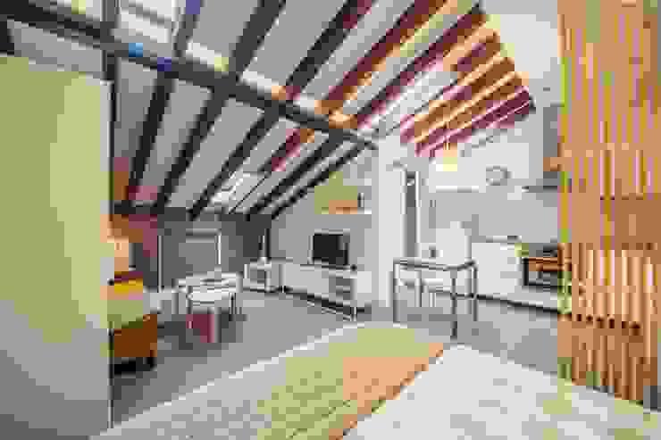 Reforma de vivienda abuhardillada en Madrid Centro. Arkin Salones de estilo moderno Tablero DM Acabado en madera