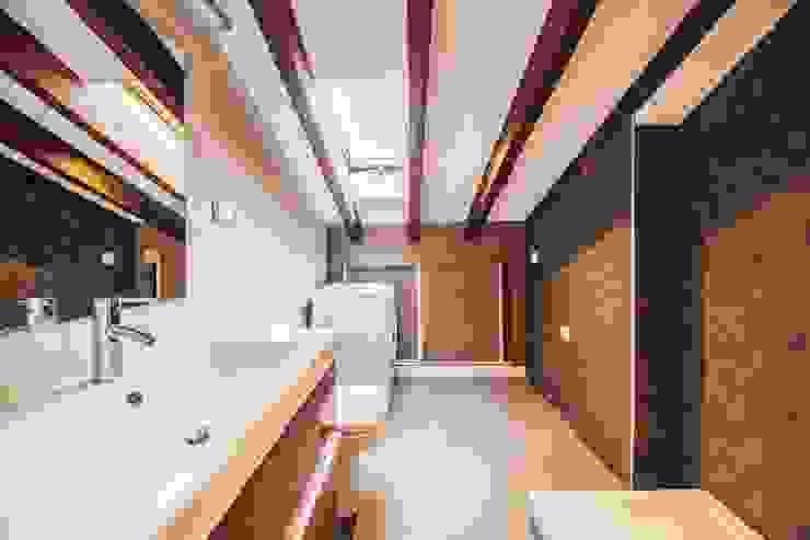 Reforma de un baño abuhardillado en Madrid Centro. Arkin Baños de estilo moderno Madera Rojo