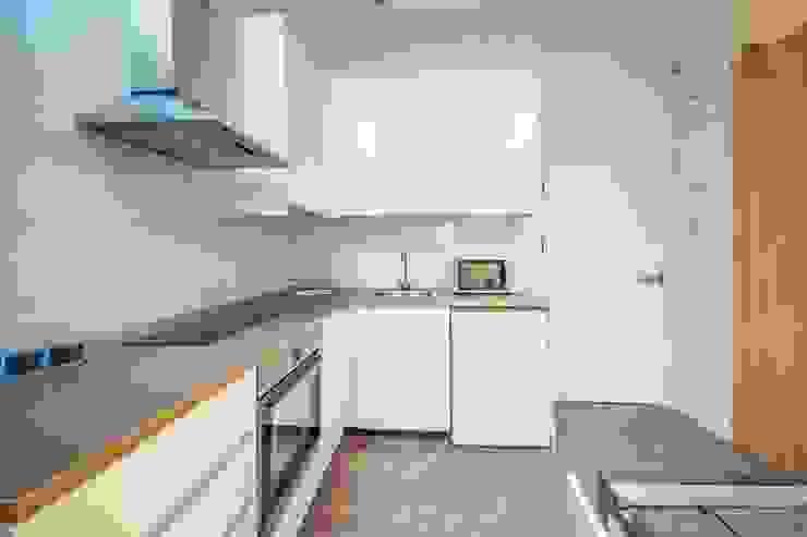 Reforma de una pequeña cocina en Madrid Centro. Arkin Cocinas de estilo moderno Tablero DM Blanco