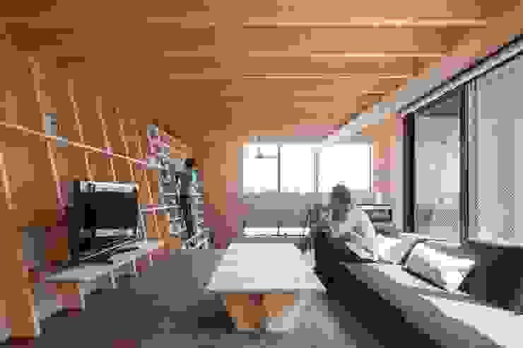 リビング モダンデザインの リビング の 藤井伸介建築設計室 モダン