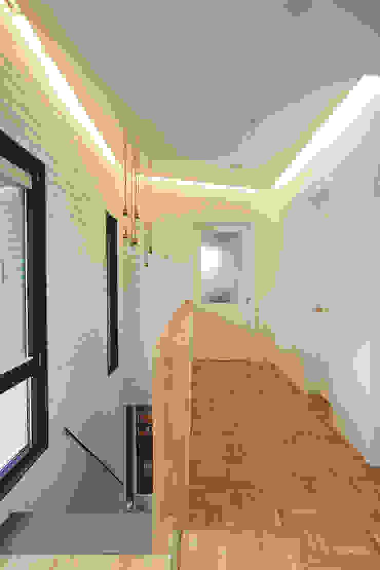 미우가 디자인 스튜디오 乡村风格的走廊,走廊和楼梯