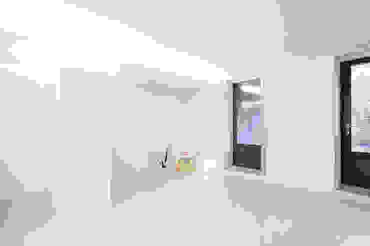 现代客厅設計點子、靈感 & 圖片 根據 A2OFFICE 現代風