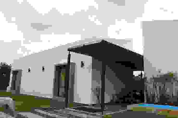 Acceso ppal Casas de estilo rústico de A-CUATTRO ARQUITECTURA Rústico Bambú Verde