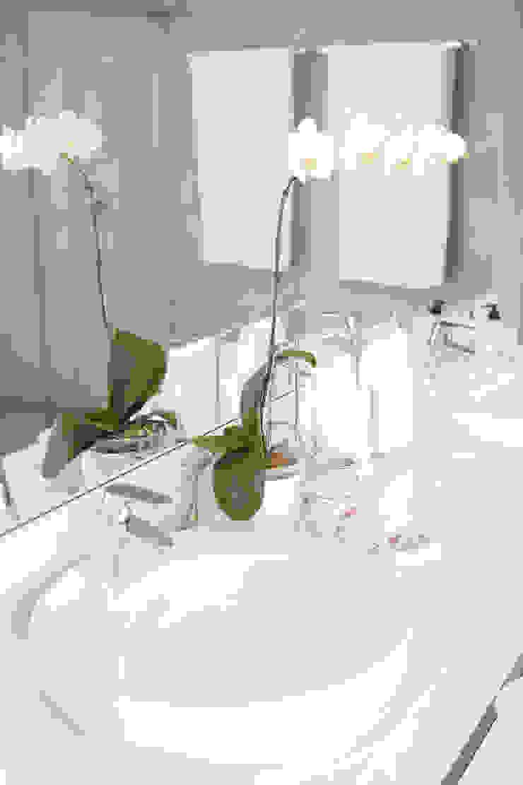 Banheiro suíte master Adriana Leal Interiores Banheiros minimalistas MDF Branco