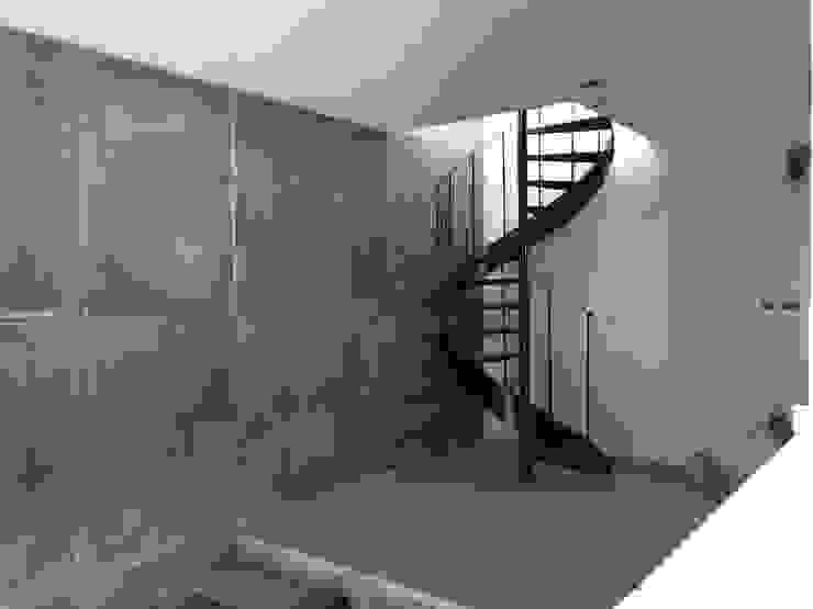 escalera al cielo Ma&Co Pasillos, vestíbulos y escaleras minimalistas Hierro/Acero