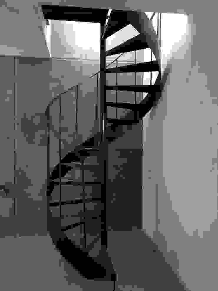 pequeño, comodo y funcional apartamento Ma&Co Pasillos, vestíbulos y escaleras minimalistas Hierro/Acero
