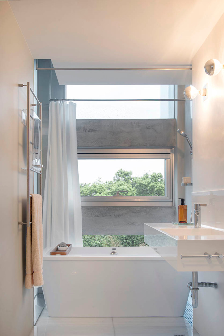 何宅 House H 現代浴室設計點子、靈感&圖片 根據 何侯設計 Ho + Hou Studio Architects 現代風
