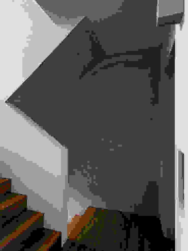 何宅 House H 現代風玄關、走廊與階梯 根據 何侯設計 Ho + Hou Studio Architects 現代風