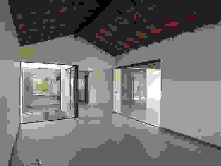 Salas de estilo tropical de Aroeira Arquitetura Tropical