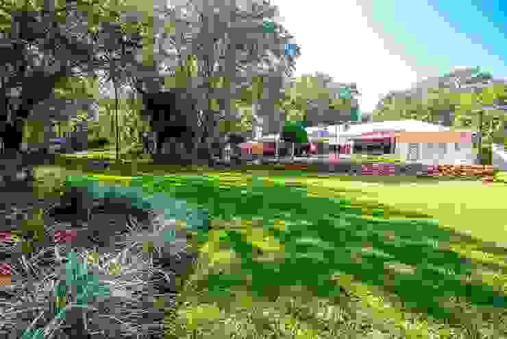 White River Manor Country style garden by Principia Design Country