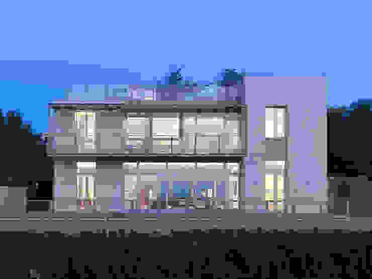Case moderne di 何侯設計 Ho + Hou Studio Architects Moderno