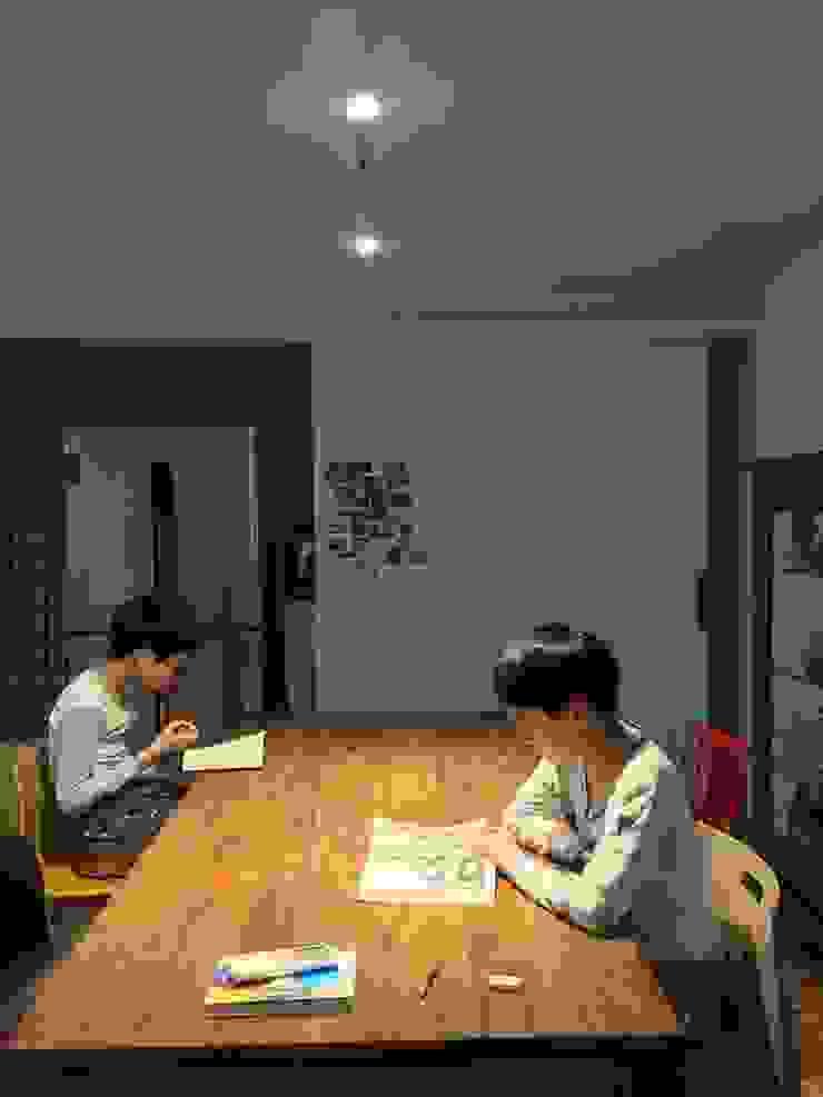 Modern dining room by 건축사사무소 리임 Modern
