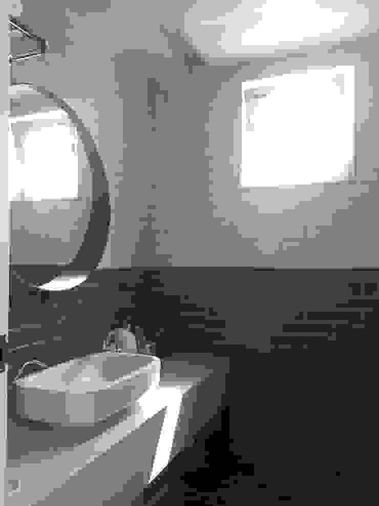Modern style bathrooms by 건축사사무소 리임 Modern