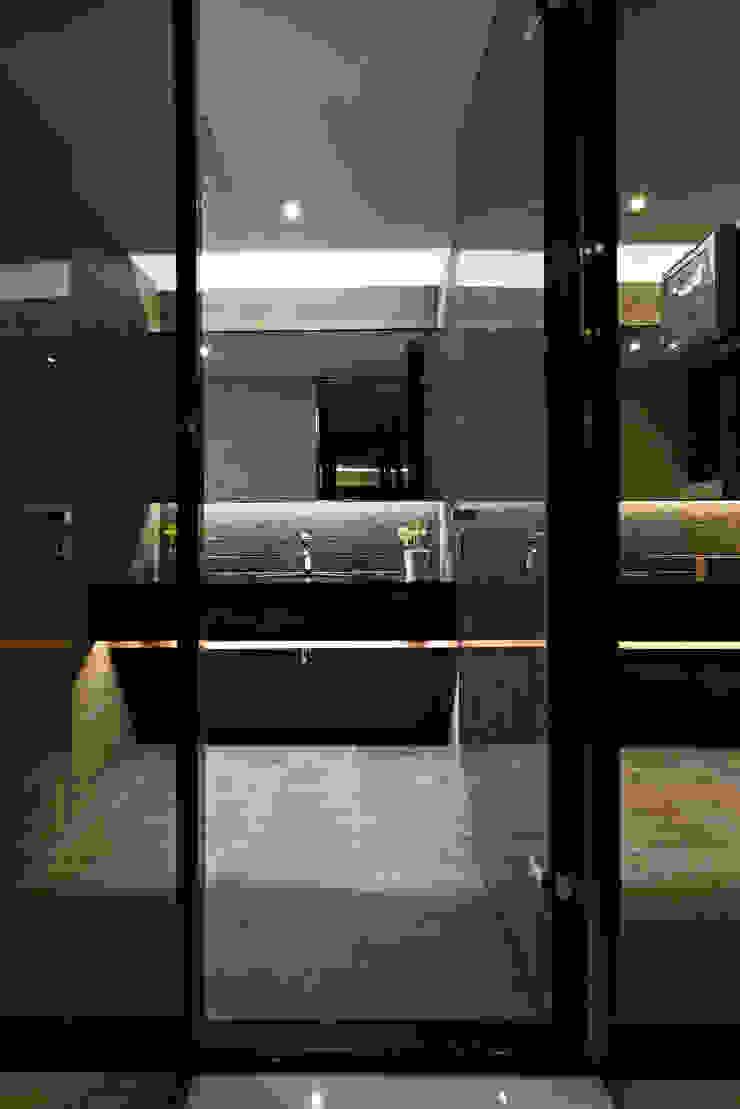 lavatory 現代浴室設計點子、靈感&圖片 根據 CCL Architects & Planners林祺錦建築師事務所 現代風