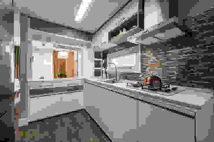 Moderne Küchen von Treez Arquitetura+Engenharia Modern Quarz