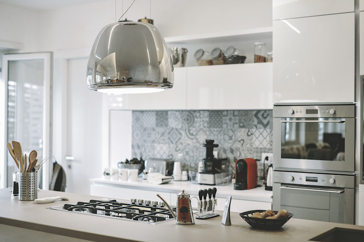 Ristrutturazione completa appartamento a Roma Cucina moderna di piano a Moderno
