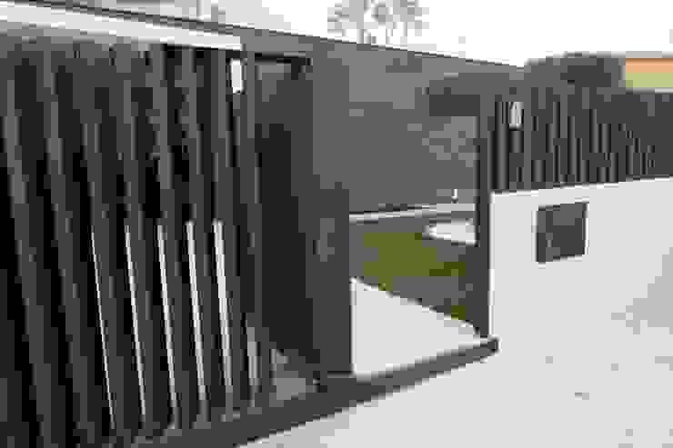 Portas e janelas modernas por Riscos & Atitudes, Lda Moderno