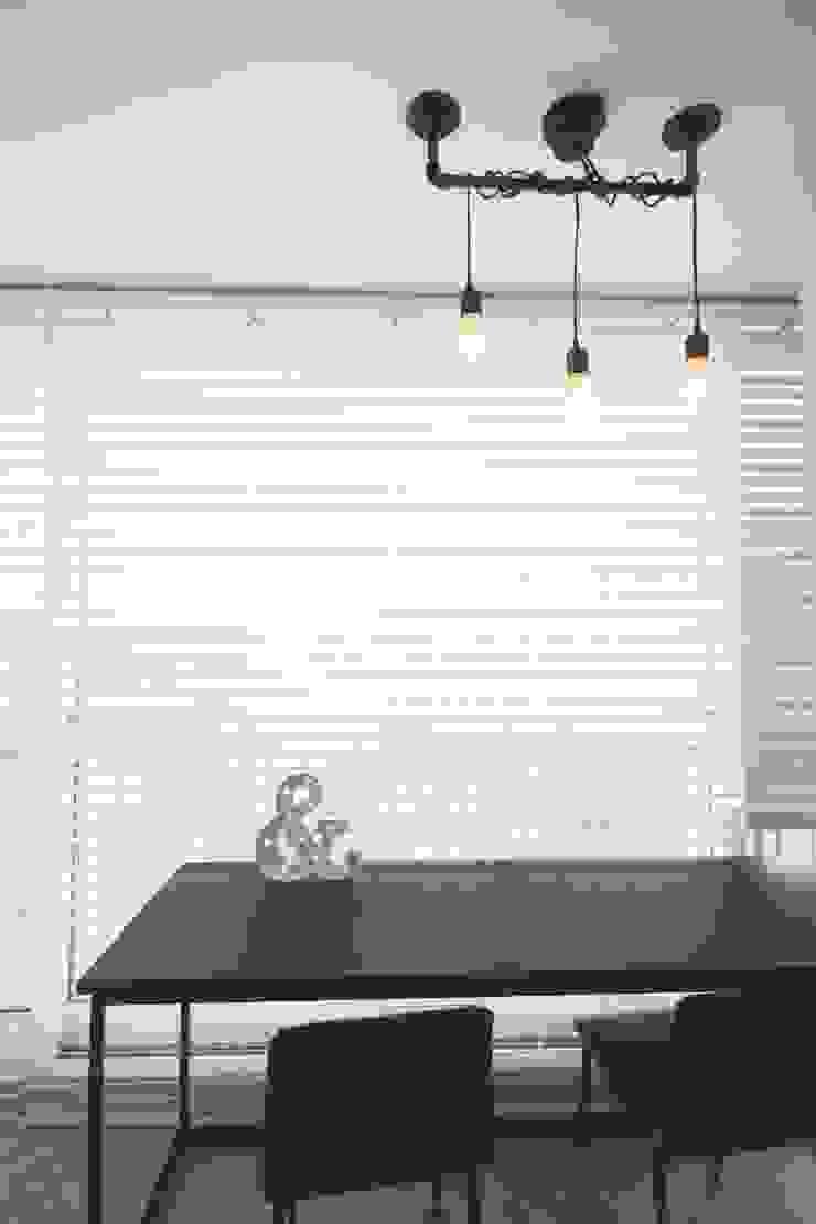 인천 부평 모던한 32평 아파트 신혼집 홈스타일링 모던스타일 발코니, 베란다 & 테라스 by homelatte 모던