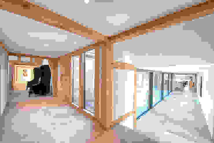 Forty Farm Ingresso, Corridoio & Scale in stile minimalista di Smarta Minimalista