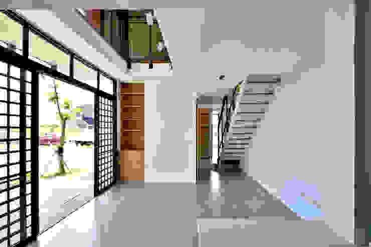 宜蘭厝烏石港計畫 木造多孔隙家屋 现代客厅設計點子、靈感 & 圖片 根據 原典建築師事務所 現代風