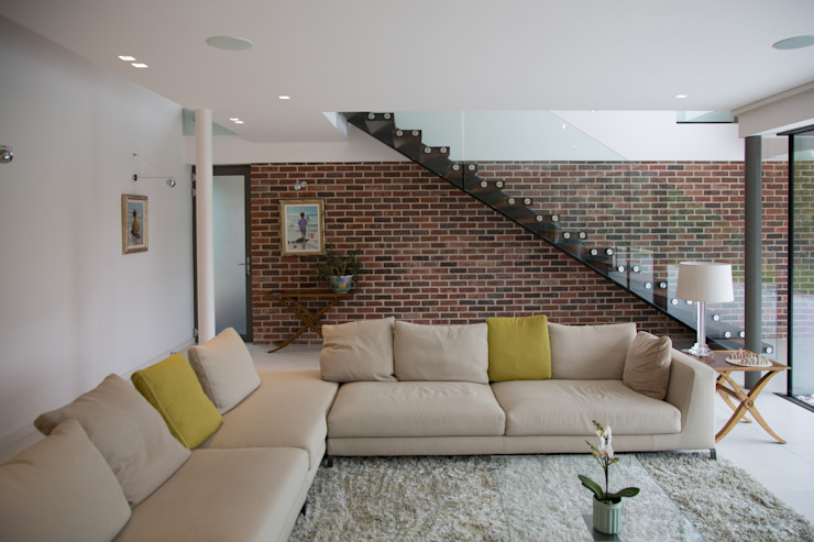 Millbrook House:  Living room by Smarta,