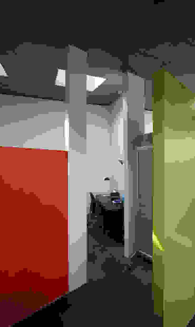 Tiny house refurbishment ibedi laboratorio di architettura Camera da letto moderna Ardesia Arancio