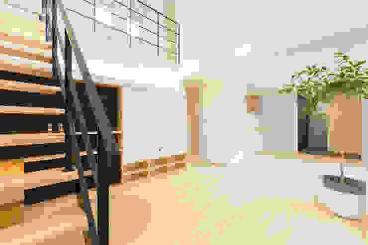 明るいリビングと大きな吹抜けのある家 KAWAZOE-ARCHITECTS モダンデザインの リビング