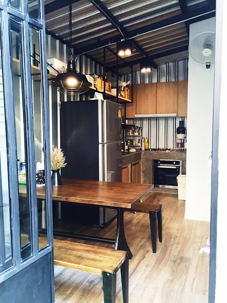 Loft townhouse: ด้านอุตสาหกรรม  โดย ramรับออกแบบตกแต่งภายใน, อินดัสเตรียล โลหะ