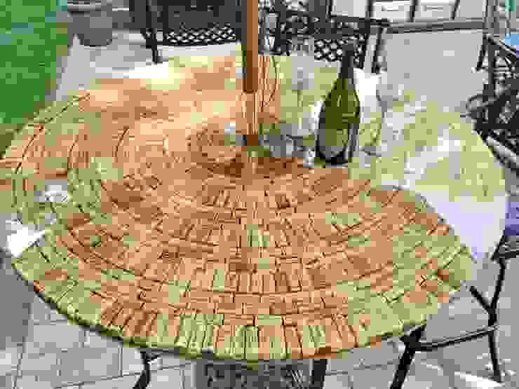 Mesa com rolhas em resina por Artis design Rústico