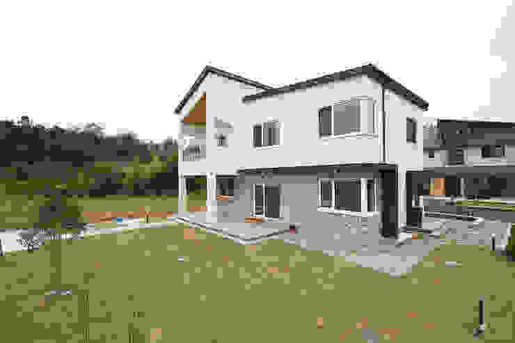 Huizen door 인우건축사사무소, Modern Stenen