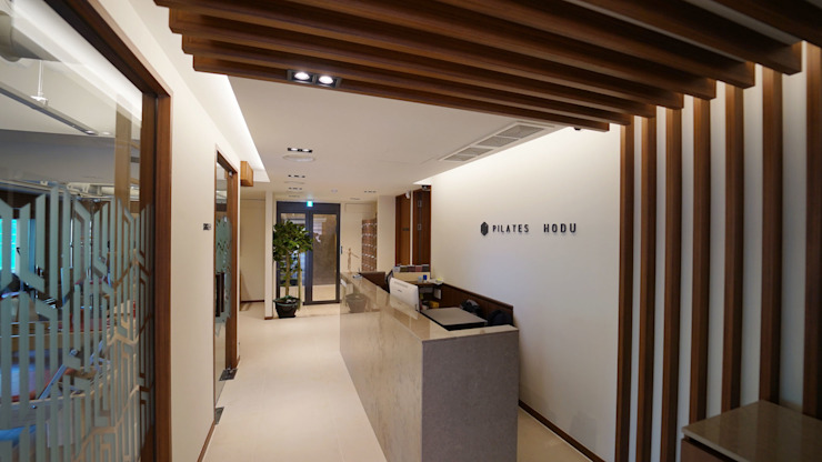 newborn_design Pasillos, vestíbulos y escaleras de estilo moderno