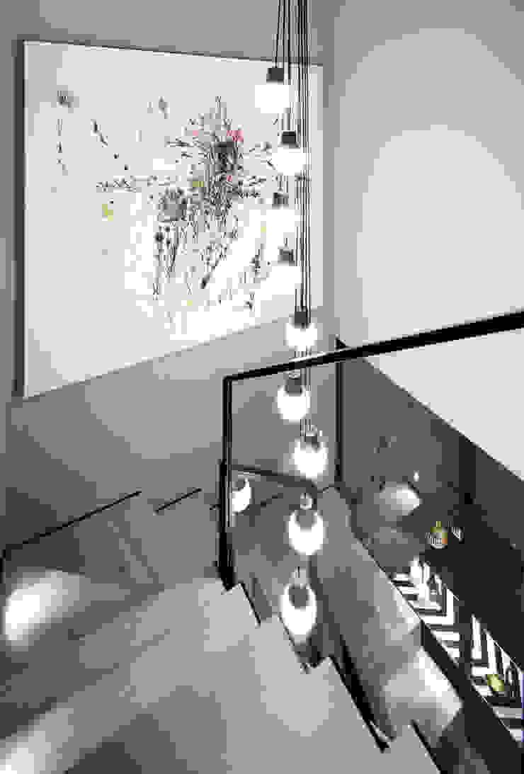 stairway Modern corridor, hallway & stairs by Esra Kazmirci Mimarlik Modern