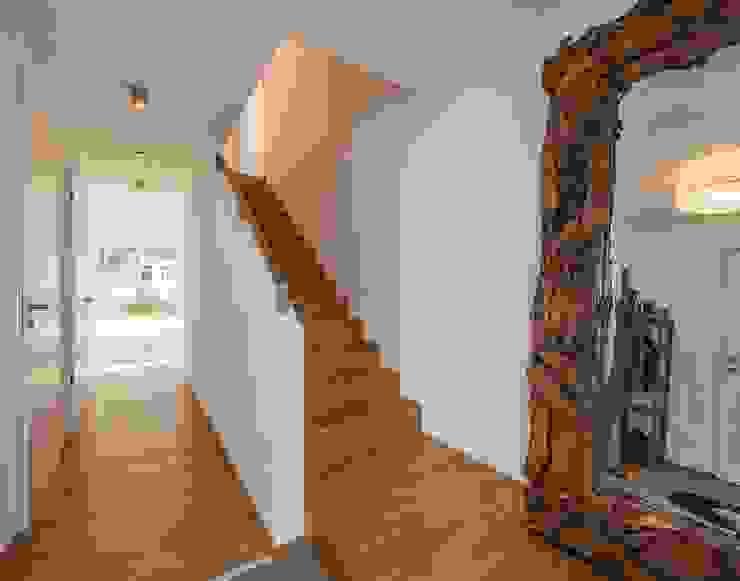 Moderne gangen, hallen & trappenhuizen van KitzlingerHaus GmbH & Co. KG Modern