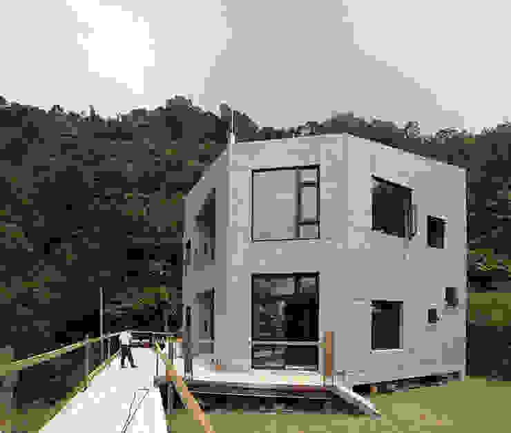 Modern houses by 行一建築 _ Yuan Architects Modern