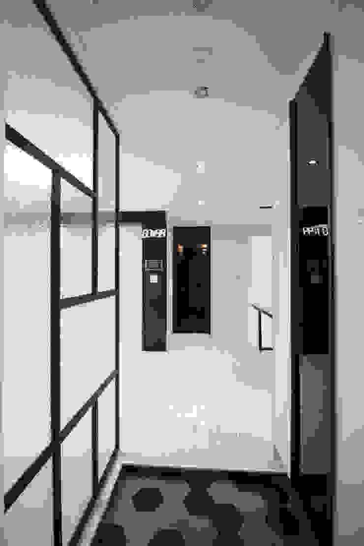 삼산동현대아파트 현관 미니멀리스트 복도, 현관 & 계단 by Design Studio Grid+A 미니멀 금속