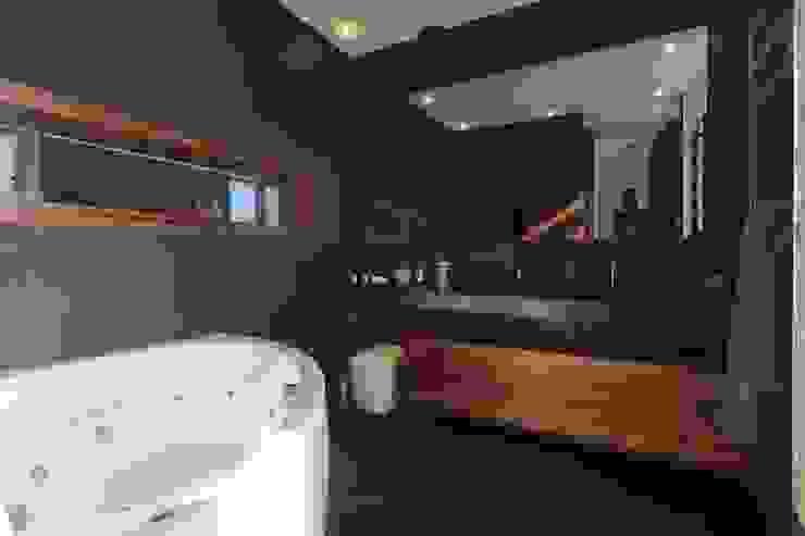 Bathroom by Philippe Conzade, Modern