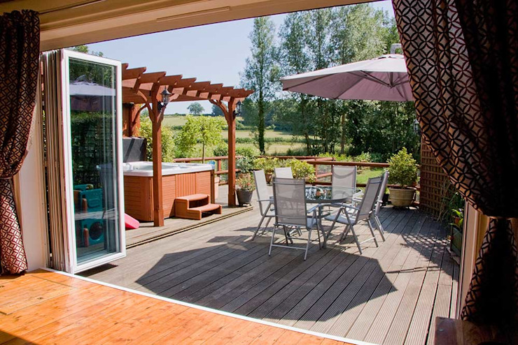 Puertas plegadizas para la remodelación de vivienda en Reino Unido Balcones y terrazas de estilo moderno de AIRCLOS Moderno