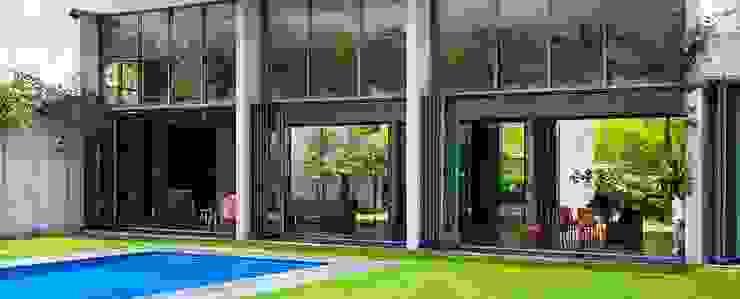 Puertas plegadizas con cerraduras de seguridad – Punta Cana Casas modernas de AIRCLOS Moderno
