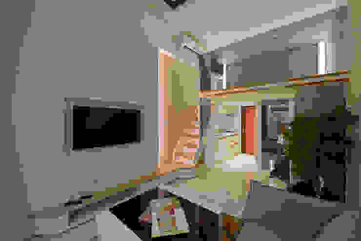 農安街樓中樓 现代客厅設計點子、靈感 & 圖片 根據 星葉室內裝修有限公司 現代風