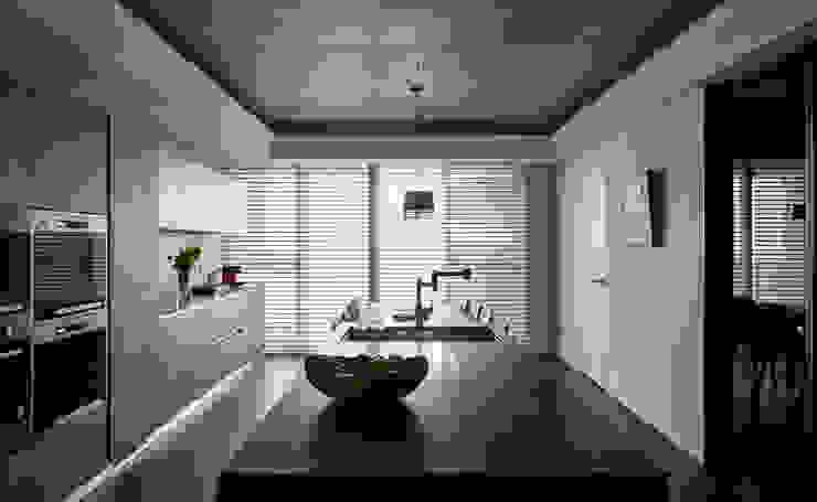 林口楊宅 現代廚房設計點子、靈感&圖片 根據 大觀室內設計工程有限公司 現代風